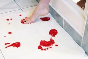 Véres lábtörlő, fürdőszobai kilépő