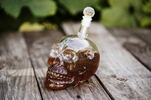 Koponya whiskys üveg