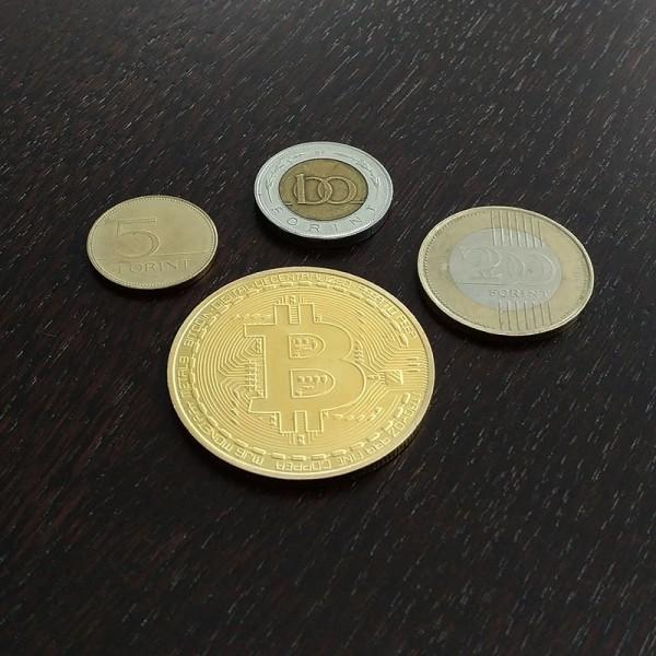 Bitcoin érme aranyozott 43x4 mm műanyag tokban - Egyéb érmék, pénzek, papírpénzek